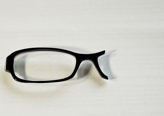 ułamane okulary na blacie stołu