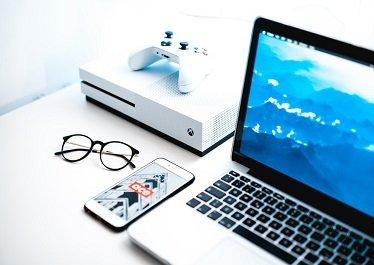okulary leżące przy komputerze